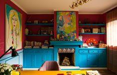 Pintado com a cor Magic Blue, o móvel abriga livros e objetos da designer de interiores Neza Cesar. O tom magenta é o Salamanca, contrastado pelo azul claro Nellor, ambos da Lukscolor. Quadros de Isabelle Tuchband e Verena Matzen