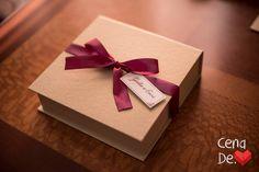 Caixa para Padrinhos - No mesmo conceito do convite, papel dourado com detalhes em marsala