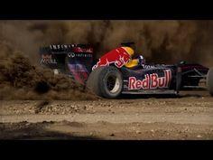Steigt in die Sattel! Das Red Bull Racing Team und ihr Formel 1 Showcar werden von Cowboys auf einer Ranch gejagt und begeben sich auf den im Bau befindlichen Circuit of Americas Track!