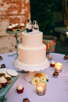 Simple clean white wedding cake | Quirky Charleston South Carolina Wedding In The Gardens Of The Gibbes Museum of Art | Photograph by Jeanne Mitchum Photography  http://www.storyboardwedding.com/quirky-charleston-south-carolina-wedding-gibbes-museum-of-art/