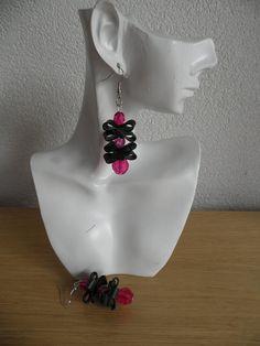 Oorbellen met roze kralen. Gerecycleerde en origineel kunst. Zwart rubber oorbellen. De oorbellen zijn  6 cm lang en handgemaakt.