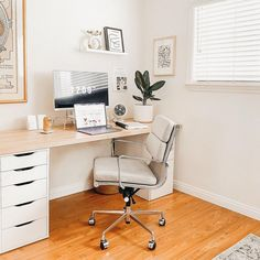 Nothing like a calm, bright office space to help get things done! Thanks for the photo @hellonatstudio! - Featuring the SOHO Soft Pad Chair from Laura. Cozy Home Office, Home Office Space, Office Spaces, Home Design Decor, Home Office Design, House Design, Interior Design, Home Decor Inspiration, Decor Ideas