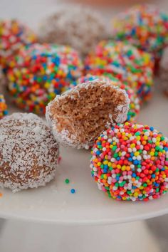 4 Ingredient Milo Weet-Bix Balls The easiest MILO WEET-BIX BALLS made from just 4 ingredients Weet-Bix, Milo, condensed milk and coconut … and only 10 minutes prep time! The post 4 Ingredient Milo Weet-Bix Balls appeared first on Welcome! Lunch Box Recipes, Gourmet Recipes, Sweet Recipes, Snack Recipes, Dessert Recipes, Kid Recipes, Fast Recipes, Kids Cooking Recipes, Thermomix Desserts