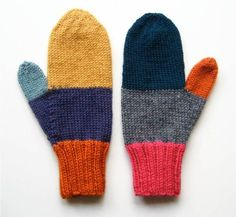 Often, when people get finished with a project, they have just a little bit of yarn left. The leftover gets tucked into a bag or stashed into a storage spot and forgotten. Eventually, though, the leftovers grow until they demand attention. Mittens Pattern, Knit Mittens, Knitted Gloves, Loom Knitting, Knitting Patterns, Crochet Patterns, Homemade Xmas Gifts, Kawaii Diy, Diy Crochet