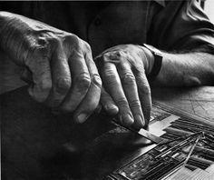 """Die Hände Lyonel Feiningers und der Druckstock für """"Die Giebel in Lüneburg"""", Foto: Andreas Feininger"""