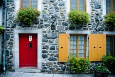 Red doors, Quebec
