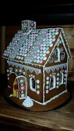 Tonttu Keltanutun 2-kerroksinen pitsitalo on kuin asukkinsa, herkkä ja suloinen. Illan tullen ikkunoista loistaa tunnelmallinen kynttilänvalo. Siellä on hyvä olla ja kölliä joulurauhasta nauttien!
