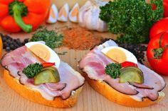 Dopřejte svým chutím radost pravou anglickou slaninou. Tradiční chuť uzeniny vás bude nutit ochutnat slupnout další. Cena tohoto chlebíčku je Kč 14,90,- za kus.   Složení: veka, bramborový salát (máslo), anglická slanina, vejce, okurka, kapie, kudrnka