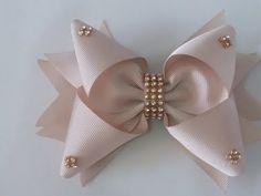 Laço Lunna Fita N°5 - YouTube Diy Hair Bows, Diy Bow, Bow Hair Clips, Ribbon Art, Ribbon Crafts, Ribbon Bows, Diy Leather Bows, Princess Hair Bows, Hair Bow Tutorial
