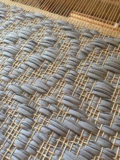 Weaving Art, Weaving Patterns, Hand Weaving, Jute Rug, Woven Rug, Textiles, Fabric Manipulation, Weaving Techniques, Rug Hooking