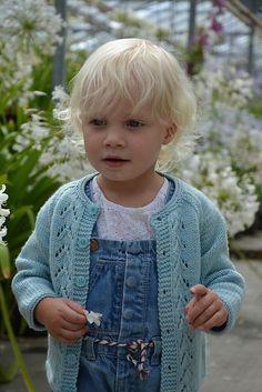 Sød cardigan til en 2-årig. Den har en yndig hulbort op langs forstykkerne, og den er meget nem at strikke. Her i 100 % uld eller uld og silke på pinde 3½ og 4. Læs mere ...