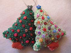Dies ist ein Satz von zwei Christbaumschmuck. Sie sind aus hochwertigem Filz in zwei Blautönen Weihnachten Grüns gemacht. Beide Bäume sind handgeschliffene, handgenäht mit exquisiten Goldfäden, gefüllt mit Baumwolle und mit kleinen bunten Knöpfe und Sparlkly Rocailles verziert. Jede kleine Perle und Taste ist separat mit großer Sorgfalt von Hand genäht. Sie messen ca. 10 cm hoch und 7cm breit (Zoll: 3,9 hoch, 2,8 Breite) dieses einzigartige Set wird jedes Jahr machen Sie freuen sich, wenn…