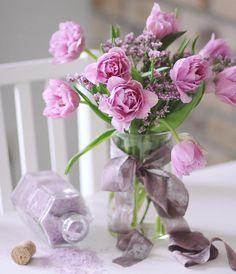 """Самые весенние цветы - это тюльпаны, и абсолютно не важно, сколько их, 3 или 51, они создадут прекрасную весеннюю атмосферу в доме. Дарите цветы без повода, это такого рода терапия от серой хандры. @lathyrus.lavka Кнопка Связаться в шапке нашего профиля или напишите в direct. Tel.\Viber 375(29)3300173, находимся и открыты для вас : ул.Грибоедова 2 Цветочная лавка """"Латирус"""" #happyday #flowers #bouquet#florist #flowerstagram #цветылюбимым #деньвалентина #подарокнасвадьбу #тюльпаны ..."""