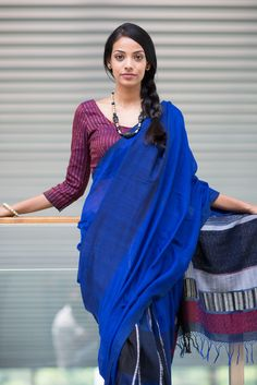 Neela Pihatu 2 Saree by FashionMarket. Indian Attire, Indian Ethnic Wear, Indian Wedding Outfits, Indian Outfits, Blouse Patterns, Blouse Designs, Ethnic Trends, Blue Saree, Elegant Saree