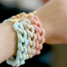 DIY crocheted bracelets (via Super Ziper) and 3 other DIY projects : DIY Camera Strap, DIY Bunny Jars, and DIY Jelly Sweater. that website is amazing! Crochet Diy, Crochet Chain, Crochet Ideas, Beaded Crochet, Crochet Bracelet Tutorial, Bracelet Crochet, Diy Bracelet, Crochet Earrings, Diy Accessories