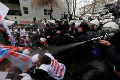 La policía dispersa con cañones de agua las protestas que recorren varias ciudades pidiendo la dimisión del gobierno. Sucede tras la difusión de un video en el que Recep Tayyip Erdogan pide a su hijo que se desahaga de más de 700 millones de euros.
