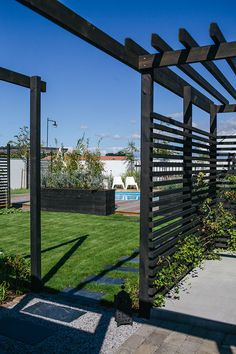 pergola, privacy walls. black fencing. (Helt enkelt | Inredning – Foto – Inspiration)