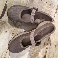 Just InMerrell Ortho Lite Air Cushion 6 1/2 Super cushioned. Adjustable Velcro strap. It has a clip and Velcro fastener so you choose which is easier!! Non slip sole. No holes, rips, stains or tears. Non smoking home. Merrell Shoes