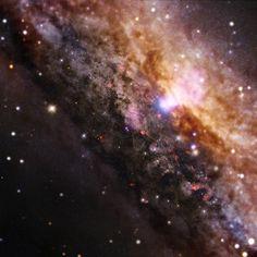 Esta imagem mostra uma visão da região central de uma galáxia bem semelhante à nossa Via Láctea, mas com um buraco negro supermassivo muito ...