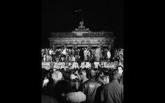 Cidadãos da Alemanha oriental e ocidental comemoram ao subir no Muro de Berlim no Portão de Brandemburgo, após a abertura da fronteira da Alemanha Oriental ser anunciada em Berlim. Foto de arquivo de 9 de novembro de 1989