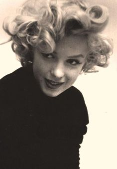 How beautiful she looks. I'm going to wear big bouncy curls today. Thanks Marilyn!