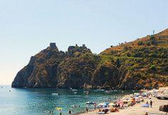 """Sant'Alessio (ME) - Il Capo Sant'Alessio con le sue grotte facilmente raggiungibili e la sua spiaggia, """"libera"""" come quasi tutte le spiagge della costa della Val d'Agrò   da Lorenzo Sturiale"""