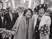 Koningin Beatrix en Prinses Margriet op de 'loper', Werry Crone, 1992. - Rijksmuseum, Amsterdam