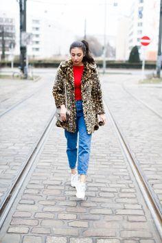 leo coat and sneakers asos leopard mantel adax grey mini bag pull&bear mom jeans white sneakers sporty look asics gel lyte II berlin casual everyday blogger modeblog berlin samieze