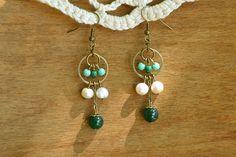 """""""Byzantines Vertes"""" Boucles d'oreilles à crochet composées de nombreuses perles : des petites perles de verre vertes et turquoises, des perles d'eau douce blanches et une perle de jade verte véritable. Inspirées par des bijoux de style Art Nouveau."""