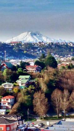 Puerto Montt y Volcan Calbuco de fondo