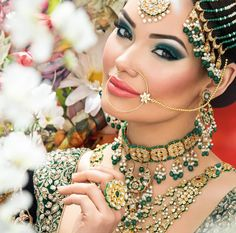 Kundan jewellery is in great demand this wedding season. With the gold prices soaring, Kundan jewellery is gaining popularity as it has le. Indian Bridal Makeup, Asian Bridal, Bridal Beauty, Bollywood, South Asian Bride, Exotic Beauties, Bride Makeup, Bridal Outfits, Indian Beauty
