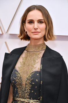 Oscars The best beauty looks Natalie Portman- HarpersBAZAARUK<br> All the stunning hair and make-up details that graced the 2020 Oscars' red carpet Natalie Portman Oscar, Natalie Portman Short Hair, Famous Makeup Artists, Nathalie Portman, Voluminous Curls, Oscar Dresses, Actrices Hollywood, Celebrity Makeup, Celebrity Photos