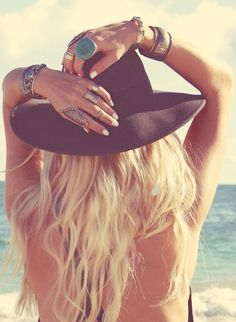 Turquoise Jewelry Outfit Long wavy hair in combination with a black fedora and large turquoise jewelry are some of the main characteristics of the bohemian style. Hippie Style, Hippie Boho, My Style, Boho Gypsy, Gypsy Style, Bohemian Mode, Bohemian Style, Boho Chic, Bohemian Rings