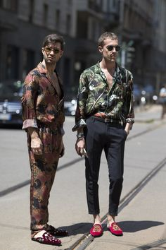 Graphic T-Shirts Were Everywhere at Milan Men's Fashion Week On the street at Milan Men's Fashion Week. Photo: ImaxtreeOn the street at Milan Men's Fashion Week. Fashion Week Hommes, Milan Men's Fashion Week, Street Fashion Men Summer, Mens Fashion 2018, Trendy Fashion, Style Fashion, Fashion Blogs, Fashion Prints, Style Casual
