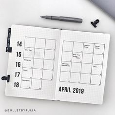 Get several layout ideas for your bullet journal monthly spread. Choose from simple, minimalist and easy designs. This is perfect for students and beginn. Bullet Journal October, Bullet Journal For Beginners, Bullet Journal Key, Bullet Journal Layout, Bullet Journals, Bujo Monthly Spread, Bullet Journal Monthly Spread, Calendar Layout, Calendar Design