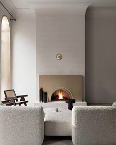 Tall ceilings, a fireplace, subtle design elements, a calm colour palette and a Pierre Jeanneret chair, this room has it all :) Design and photo via Paz Interior, Interior Exterior, Interior Architecture, Modern Fireplace, Fireplace Design, Fireplace Wall, Decoration Inspiration, Interior Inspiration, Decor Ideas