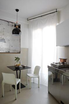 Lampe Bon Ton (Cristina Celestino pour Torremato), table en fer (Attico, 2011). Sur la table: Hoffmann for Bieffeplast