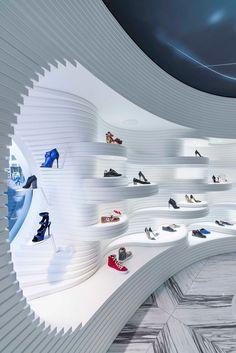 Shoebaloo, le concept store futuriste réalisé en HI-MACS® par MVSA Architects Design Shop, Shoe Store Design, Futuristisches Design, Showroom Design, Retail Store Design, Display Design, Booth Design, Retail Stores, Jewelry Store Design