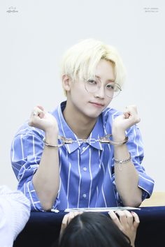 Pledis17 - Jeonghan - now this is how you rock a fan sign.. I hate that stupid childish crap these teenage girls make these guys wear.. this is more like it... ;)