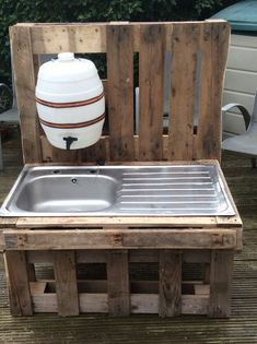 """Before plumbing: kitchen & outhouse sink water. outdoor stainless steel sink in pallet wood frame with dispenser water bottle make something like this alongside the shed area - fill tank with rainwater I like the idea to add a """"water supply"""" for the k Outdoor Projects, Pallet Projects, Pallet Ideas, Woodworking Projects, Diy Pallet, Childrens Kitchens, Outdoor Sinks, Palette Diy, Outdoor Classroom"""