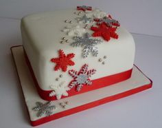 Awesome Christmas Cake Decorating Ideas Family Holiday (blue, white and silver would be my alteration for this cake) Christmas Cake Designs, Christmas Cake Decorations, Christmas Cupcakes, Holiday Cakes, Christmas Desserts, Christmas Treats, Xmas Cakes, Cake Decorating Designs, Cake Decorating Techniques