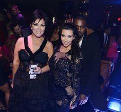 Pin for Later: Kanye West a enfin réussi à sourire !!!!! Champagne !!!!!! Même quand il s'incruste sur une photo de Kim et Kris : pas fun
