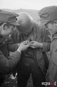 Dans le secteur d'Anzio-Nettuno, les positions des parachutistes de la 4.Fallschirmjäger.Division font face aux troupes britanniques. La capture des soldats britanniques lors des attaques répétées contre les lignes allemandes permet aux parachutistes de récupérer sur les prisonniers leurs vêtements chauds. Pulls et vestes en cuir leather jerkin sont appréciés par les soldats allemands. Date : Février-mars 1944