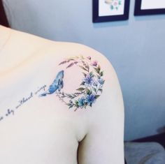 The colors are perfection — this moon-meets-flowers tattoo looks like spring. … The colors are perfection — this moon-meets-flowers tattoo. Tattoo Girls, Girl Tattoos, Tattoos For Women, Tatoos, Hawaiianisches Tattoo, Tattoo Son, Lizard Tattoo, Gorgeous Tattoos, Pretty Tattoos