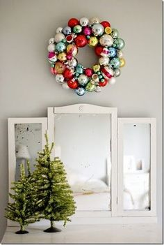 Christmas wreath - out of vintage ornaments Bauble Wreath, Christmas Ornament Wreath, Vintage Christmas Ornaments, Christmas Wreaths, Christmas Decorations, Glass Ornaments, Diy Wreath, Christmas Mantal, Cheap Ornaments
