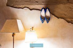 Color en los zapatos de boda de la novia. Marca Manolo Blahnik  Fotografía de boda   Photo by: Gonzalo Infiesta  www.parpadeobodas.com #fotografodebodas #bodas2016 #fotosdeboda #wedding #photographer #reciencasados #novios