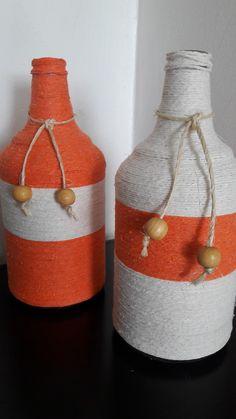 Conjunto com 2 garrafas com 22cm cada Beer Bottle Crafts, Wine Bottle Art, Diy Bottle, Yarn Bottles, Disney Diy Crafts, Trending Crafts, Painted Jars, Bottle Painting, Jar Crafts