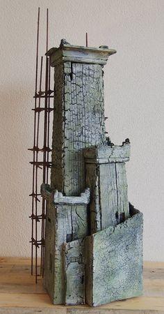 Donjon van Eric Cremers | Donjon is gemaakt van hout, dat grotendeels verbrand en gekleurd is. Een Donjon is een verdedigingstoren binnen een kasteel.