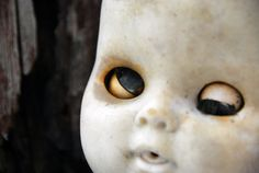 List Of The Day: 13 Creepy Dolls That Will Kill You In Your Sleep (Of The Day). Creepy as hell but the captions are hilarious! Creepy Toys, Scary Dolls, Halloween Photos, Creepy Halloween, Vintage Halloween, Haunted Objects, Horror Photos, Haunted Dolls, Haunted Houses