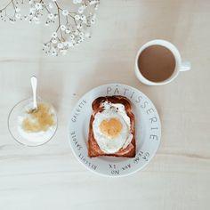 3/4朝ごはん。 美味しい食パンにベーコンエッグ、ヨーグルトに直七マーマレード。 直七は高知県の幻の柑橘でスダチの仲間だそうです。 さっぱりしていてすごく美味しい。 #breakfast #朝ごはん
